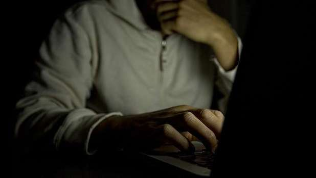 Adescava minorenni su Facebook, arrestato 41enne