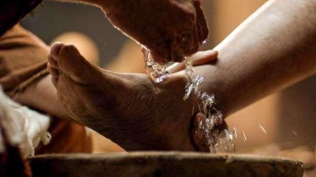 """A Manduria prete salta il rito sacro della """"lavanda dei piedi"""" per la presenza di immigrati"""