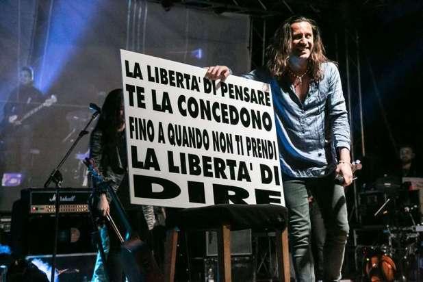 Povia, polemiche sui social per il suo concerto a Maruggio