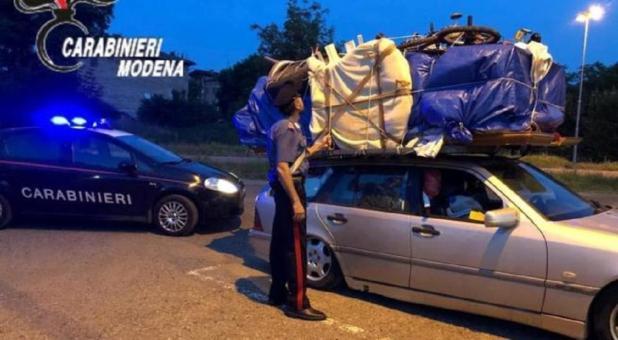 In viaggio da Bari con la camera da letto sul portabagagli dell'auto. Ritirati patente e libretto circolazione
