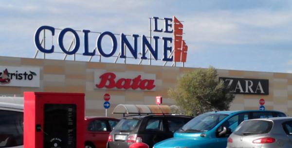 Ruba un'auto nel parcheggio del centro commerciale Le Colonne. Individuato grazie alle telecamere, arrestato 28enne