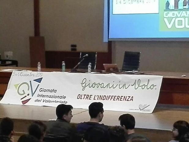 Giornata internazionale del volontariato a Taranto gli studenti del De Sanctis Galilei contro il muro dell'indifferenza