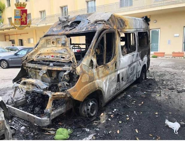 Incendiarono un' ambulanza, due giovani pregiudicati arresati dalla  Polizia di Stato