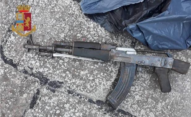 """Taranto - Trovato un fucile """"AK 47"""" in uno stabile della città vecchia"""