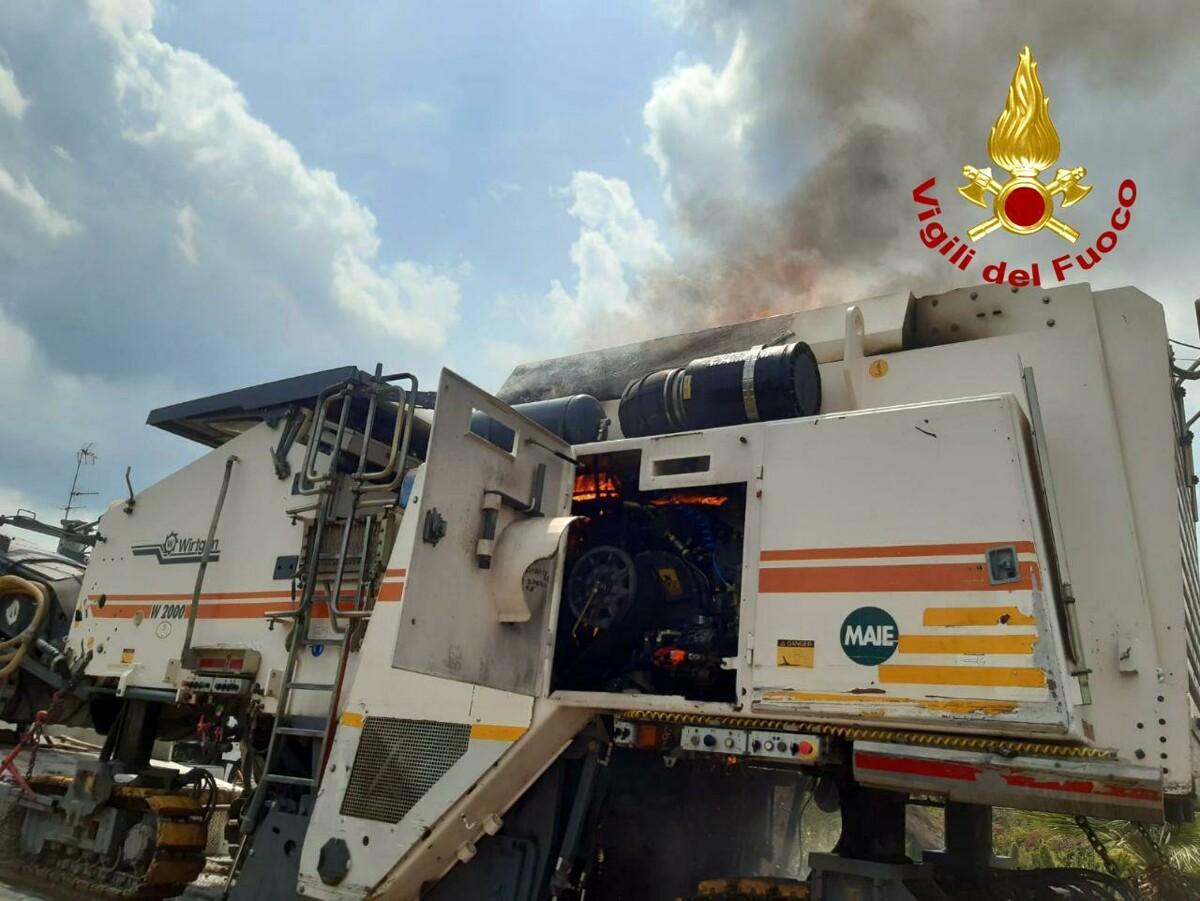 Fresatrice per l'asfalto prende fuoco: devono intervenire i pompieri