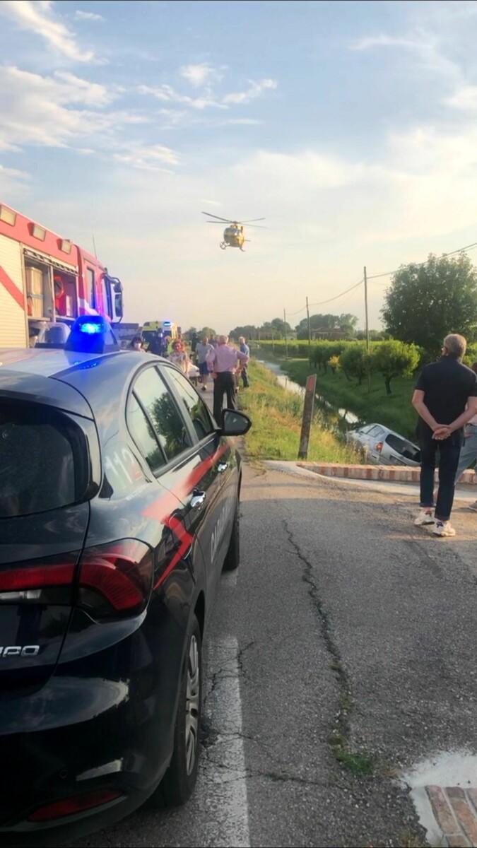Schianto a Salgareda, due auto finiscono in un canale: c'è un ferito grave