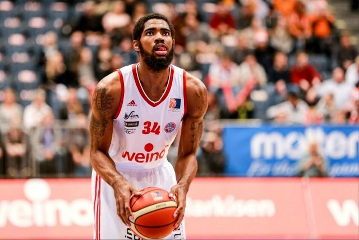 De' Longhi Treviso basket: sotto canestro c'è Aaron Jones