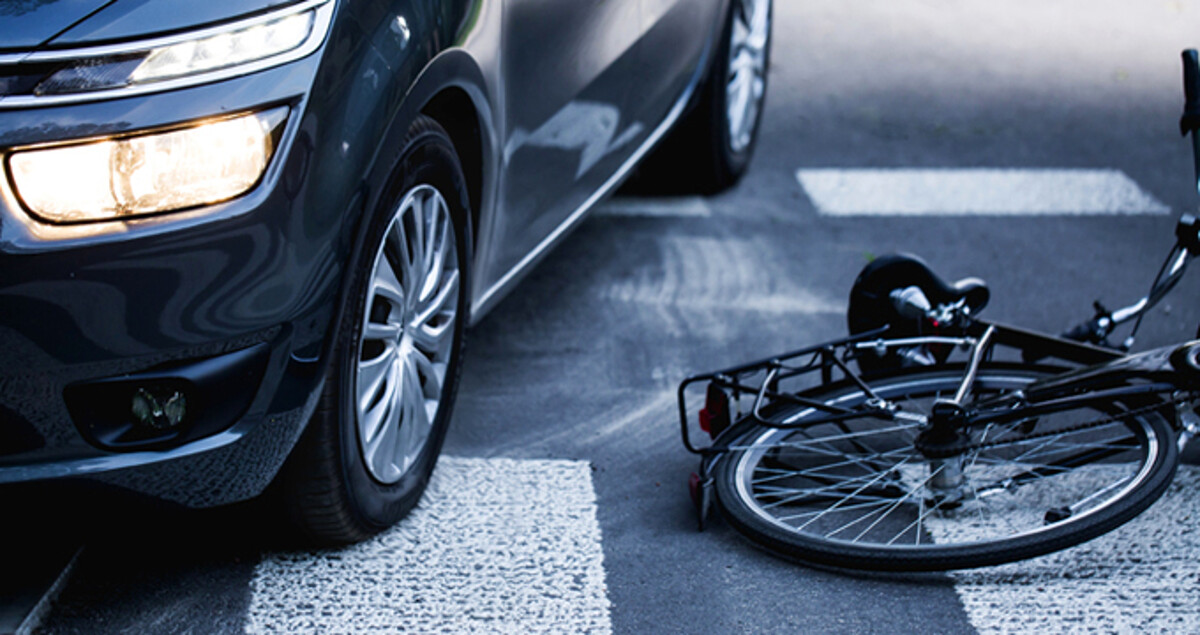 Attraversa la strada in bicicletta e viene centrato da un'auto, grave un 51enne