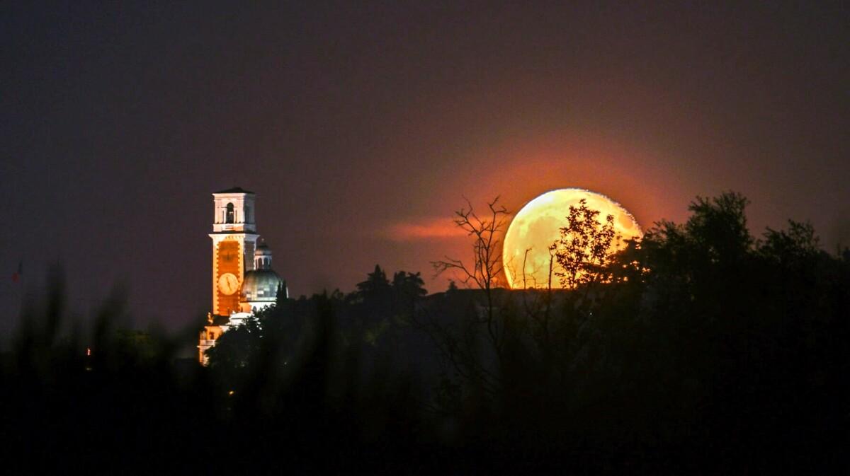 Spettacolo in cielo: arriva la Luna del Cervo