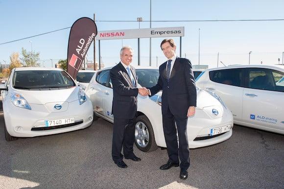 Les responsables d'ALD Automotive et de Nissan en Espagne lors de la présentaiton des Nissan Leaf destinées à constituer la flotte du système d'autopartage.