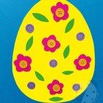 Uovo di Pasqua con cartoncini colorati e bottoni