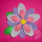 Fiore con cucchiai di plastica colorati
