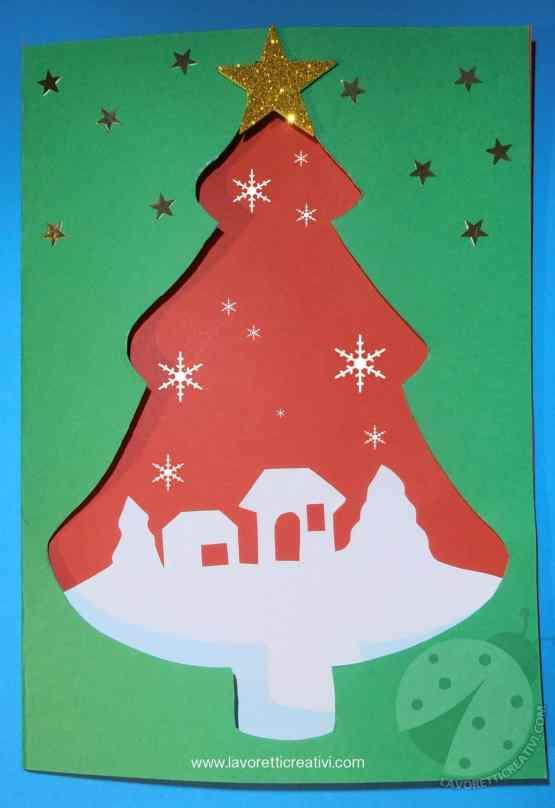 Biglietto di auguri con albero di Natale e paesaggio innevato