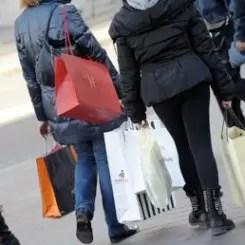 I negozi possono restare aperti di domenica. E le Regioni non possono reintrodurre un divieto che lo Stato ha invece rimosso