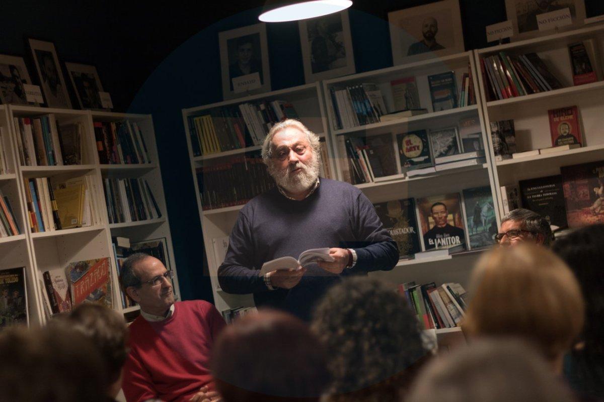 Antonio Martínez Calle escuchando a los lectores