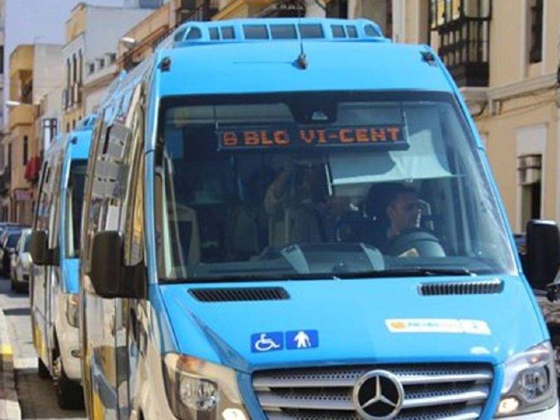Uno de los microbuses de Alcalá Bus por La Mina