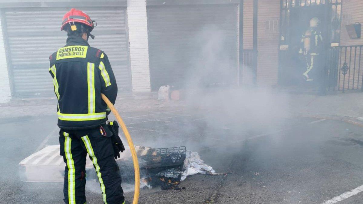 bombero apaga colchón