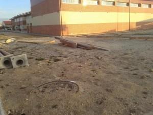 Restos de elementos de obra en el patio del colegio