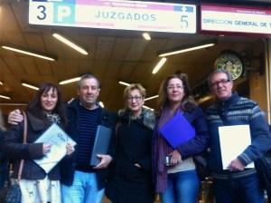 Rosa Campos-secretaria general de EPS- junto a Pablo Leal, Nieves Escorza, Reyes Cañete y Carlos Aguado a la salida de los juzgados. Fotografía cedida por www.despedidosxppinto.com