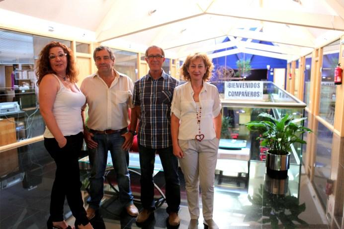 Reyes, Pablo, Carlos y Nieves con la pancarta de bienvenida. Fotografía: Despedidosxppinto.