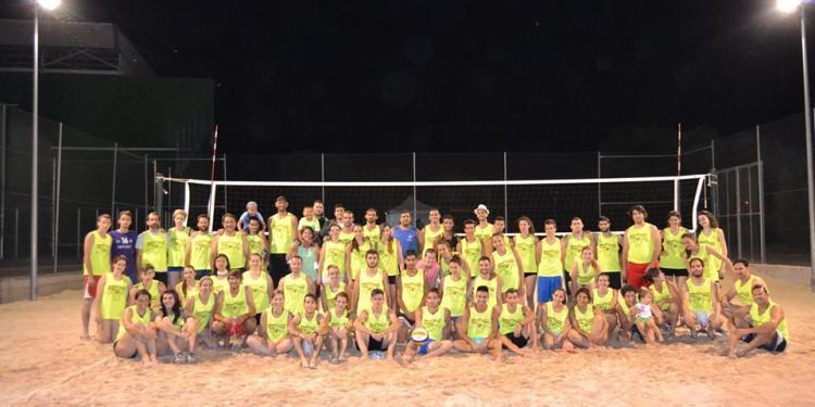 Más de 100 deportista se dieron cita en la VII edición del torneo nocturno de vóley-playa pinteño (foto: C.V. Pinto).
