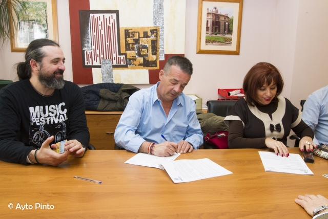 Momentos durante las firmas de los convenios de colaboración. Fotografía: Ayuntamiento de Pinto.