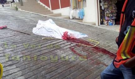 La brutal caída al pavimento, ocasionó la lamentable muerte del albañil, quien fue identificado por su esposa.