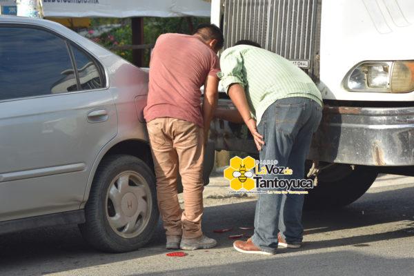 Percance automovilístico complica tráfico sobre la carretera municipalizada en Tantoyuca. Foto: LVDT.