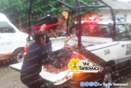 En una patrulla de la Policía Municipal, fueron trasladados los dos lesionados al nosocomio local. Cortesía de Tele 3 Tempoa.