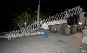 Se atora lowboy en La Garita  | LVDT