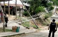 Pipa de agua destroza postes de Telmex en Tantoyuca
