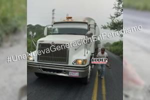 Se le cae la carga a camión tras caer a un bache | LVDT