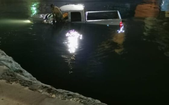 Caen Marinos con todo y camioneta al mar, en Veracruz | Red Social