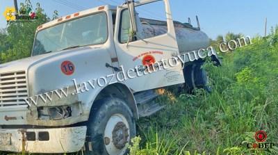 Pipa de agua es abandonada tras salirse de la carretera, en Tantoyuca | LVDT
