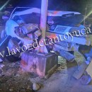 Choca contra luminaria y deja su vehículo abandonado | LVDT