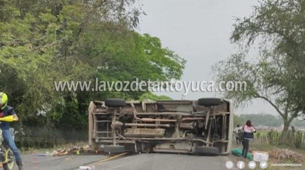 Vuelca camioneta cargado de frutas   LVDT