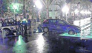 Un conductor acaba con su coche en la fuente de San Juan de Dios