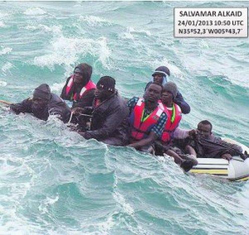 Rescatados 16 'sin papeles' en un día de alto riesgo en el Estrecho