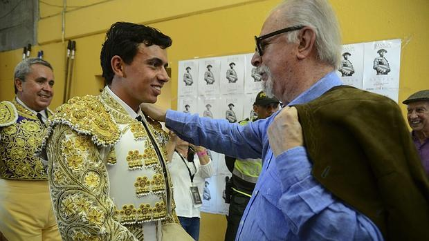 Fernando Botero desea suerte a Juan de Castilla antes de comenzar el festejo