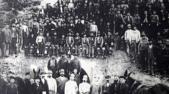 Μεταλλωρύχοι στην είσοδο μεταλλευτικής στοάς στην Πλάκα Λαυρίου