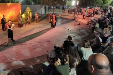 Με ιδιαίτερο ενδιαφέρον παρακολούθησαν την παράσταση «ΤΡΩΑΔΕΣ» στο Λαύριο