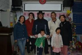 Los voluntarios con la familia