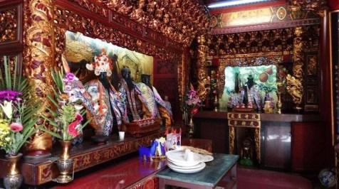Interior de un templo con sus dioses