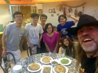 La familio, Rocío y Leticia y la cena preparada