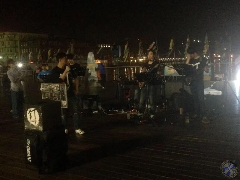 Los músicos dando un concierto en el puente