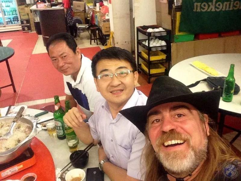 Con Iván y el amigo propietario del restaurante