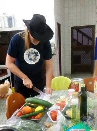 Preparando los ingredientes para la ensalada