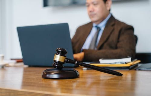 What is the Difference Between a Lawyer and a Barrister