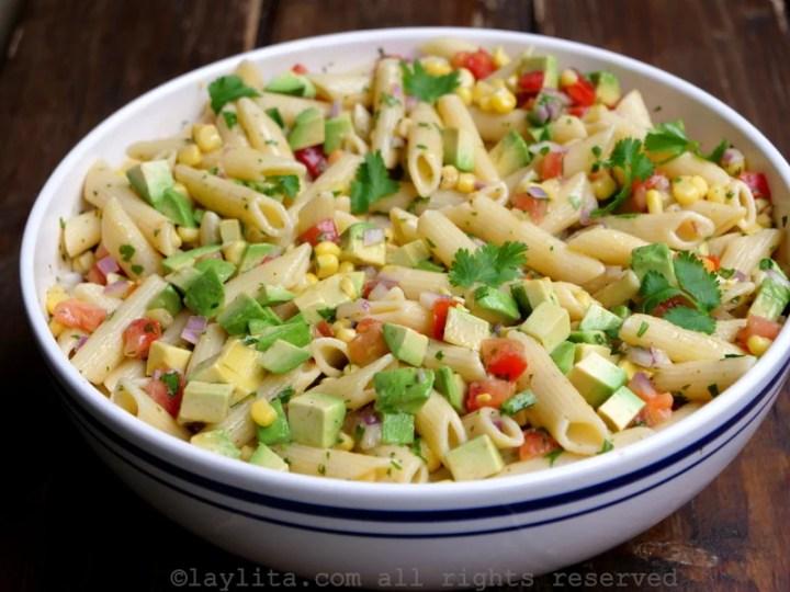 Salada de macarrão com milho, tomate e abacate