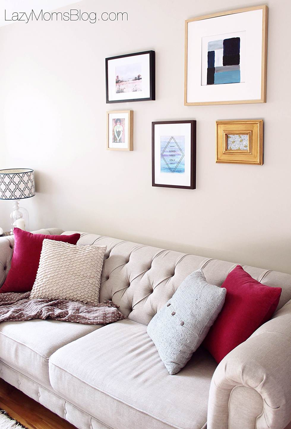easy ways to decorate your living room, and on a bugdet too1 best tip: use free printables! like these here!